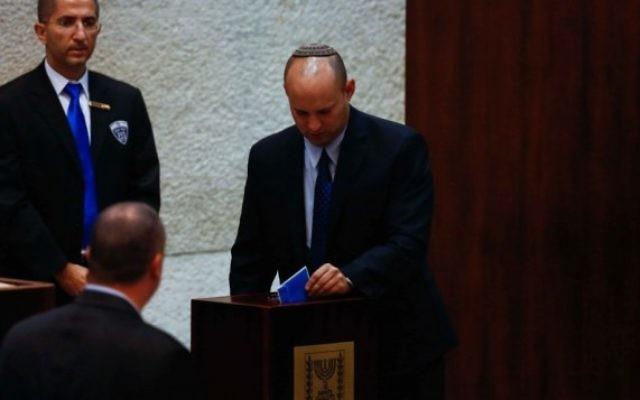 Le ministre de l'Economie Naftali Bennett à la Knesset pour voter à la présidentielle (Crédit : Flash 90)