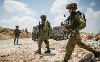 Des soldats israéliens en Cisjordanie, en juin 2014 (Crédit : Flash 90)