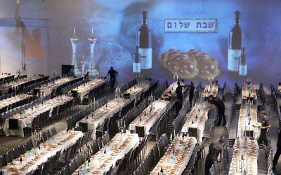 Les tables dressées pour le Shabbat du record du Guiness à Tel Aviv du 12 juin (Crédit : Gideon Markowicz/FLASH90)