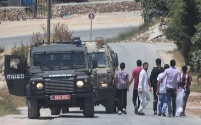Un véhicule de police à Hébron alors que les recherches des 3 adolescents disparus entament leur deuxième jour (Crédit : Flash 90)