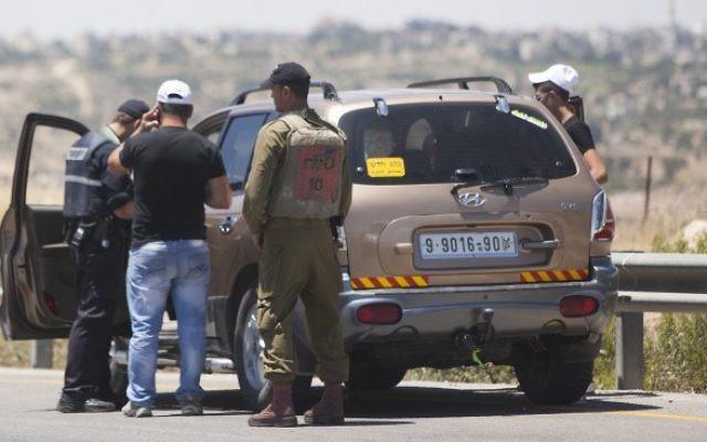 Des policiers patrouillant à la recherche des trois adolescents enlevés (Crédit : Yonatan Sindel/Flash 90)