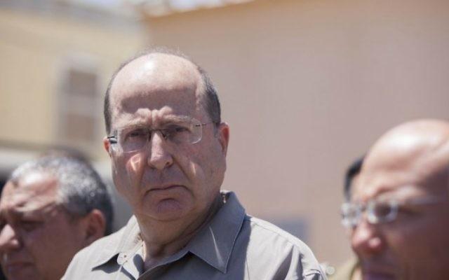 Le ministre de la Défense Moshe Yaalon au cours d'une conférence de presse près de Hebron (Crédit : Yonatan Sindel/Flash90)