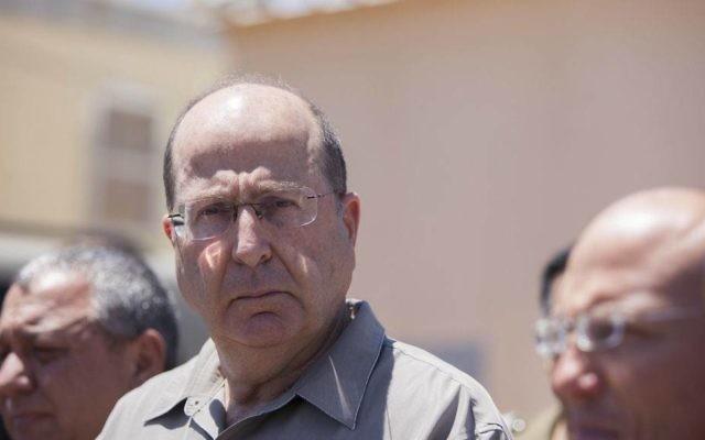 Moshe Yaalon lors d'un discours sur l'enlèvement des trois adolescents à Hébron (Crédit : Yonatan Sindel/Flash90)