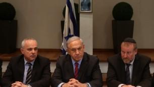 Avichai Mandelblit (à droite), Yuval Steinitz (à gauche) entourant Benjamin Netanyahu (Crédit photo: Marc Israel Sellem/POOL/Flash90)