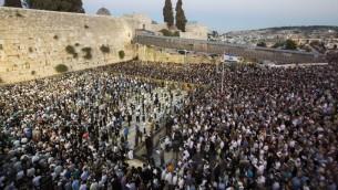 Des milliers de personnes prient au Mur occidental pour le retour des trois adolescents enlevés (Crédit : Flash 90)