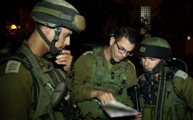 Des soldats de la brigade Kfir pendant les recherches en cours, près de Hebron (Crédit : Porte-parole de l'armée israélienne/FLASH90)