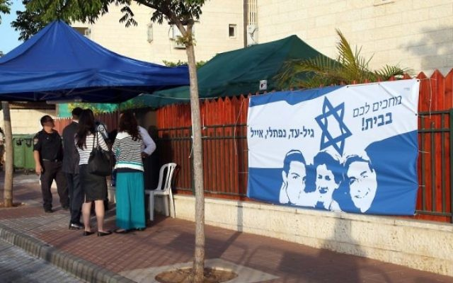 Un drapeau à l'effigie des trois adolescents kidnappés devant le domicile des parents de Eyal Yifrach (Crédit: Gideon Markowicz/Flash90)