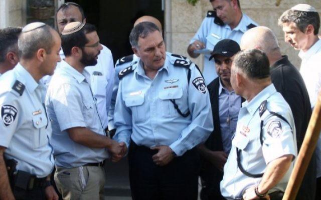 Le commandant de la police Yohanan Danino au domicile de Gil-ad Shaer, à Talmon, le 17 juin 2014 (Crédit photo:  Roni Schutzer/Flash90)
