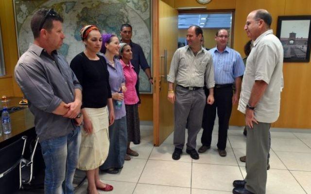 Le ministre de la Défense Moshe Yaalon rencontre les familles des trois adolescents kidnappés au QG de l'armée israélienne à Tel Aviv (Crédit : Ariel Hermoni/Defense Ministry/Flash90)