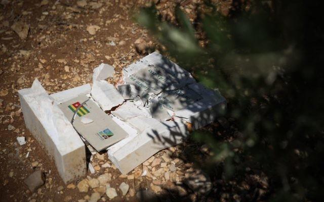 Une tombe brisée et vandalisée au Bosquet des nations (Crédit : Hadas Parushi/Flash 90)