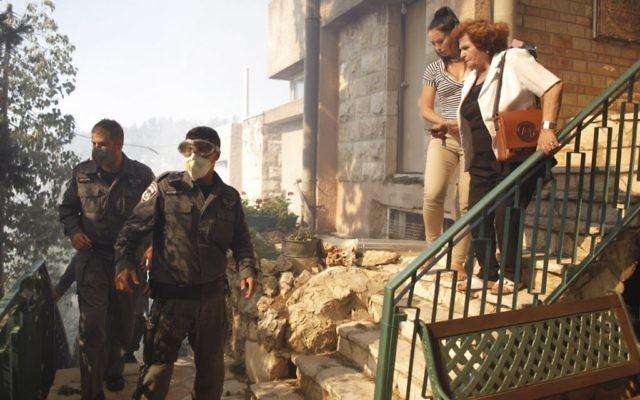 Des personnes évacuées de leur immeuble en raison de l'incendie à Ein Kerem (Crédit : Yonatan Sindel/FLASH90)