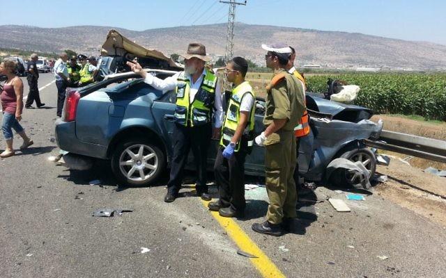Un accident de voiture fatal près de Kfar Manda - 26 juin 2014 (Crédit : Aharon Baruch Leibowitz/ZAKA/FLASH90)