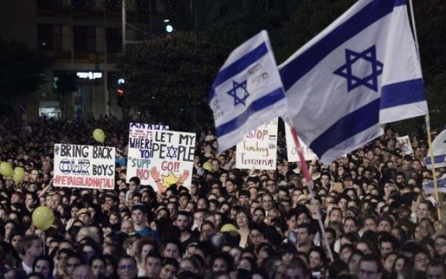Des milliers d'Israéliens se sont réunis à Tel Aviv en soutien aux familles des trois adolescents enlevés (Crédit : Tomer Neuberg/Flash90)