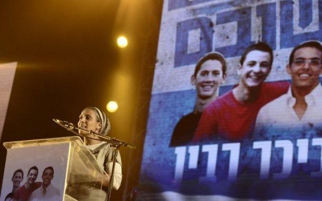 Iris Yifrach s'adresse à une foule d'Israéliens réunie sur la place Rabin à Tel Aviv (Crédit : Tomer Neuberg/Flash90)