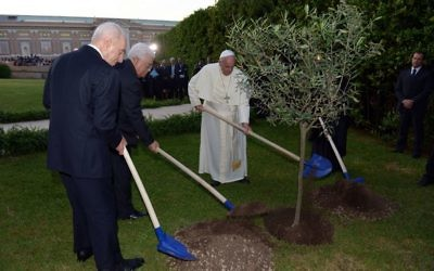Shimon Peres, Mahmoud Abbas et le pape François dans sa résidence de Marthe (Crédit : Chaim Tzach/ GPO)
