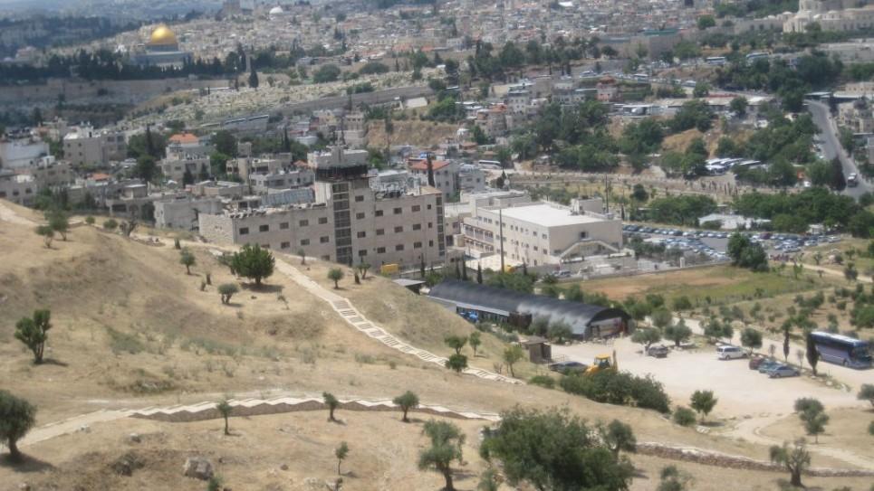 Le parc national Emek Tzurim et le site du projet du mont du Temple avec le  Dôme du Rocher en arrière-plan (Crédit : Ilan Ben Zion/Times of Israel)