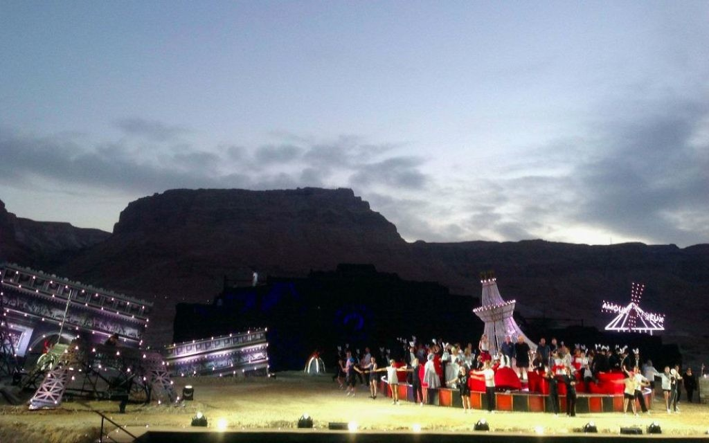 Lumières sur la scène de l'opéra de La Traviata de Massada (Crédit : Jessica Steinberg/Times of Israel staff)