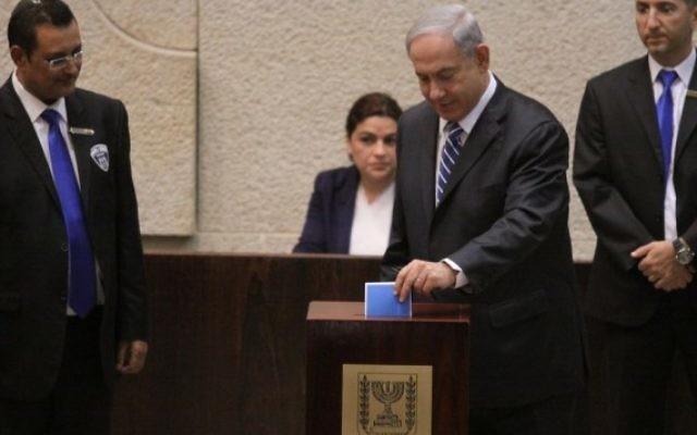 Le Premier ministre Benjamin Netanyahu en train de voter à l'élection présidentielle à la Knesset (Crédit : Flash 90)
