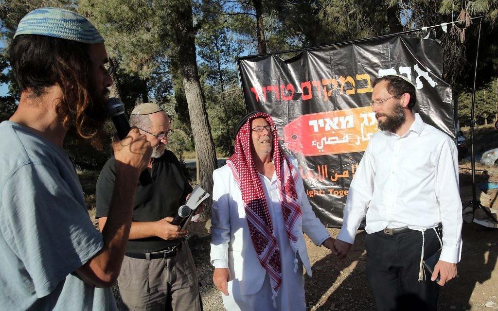 Musulmans et juifs prient ensemble pour le retour des trois adolescents (Crédit : autorisation/Yossi Zamir)