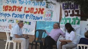 Des gens qui se rassemblent pour la familles des trois adolescents enlevés (Crédit : Ricky Ben-David/Times of Israel)