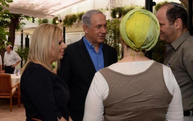 Les parents de Gil-ad Shaar et les Netanyahu (Crédit : Kobi Gideon/GPO)