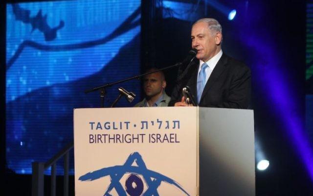 Benjamin Netanyahu donnant un discours à la soirée de Taglit (Crédit : Asaf-Lev)