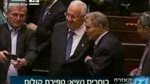 Capture d'écran de la télévision de la Knesset montrant Rivlin et Shitrit en train de faire des selfies (Crédit : aroutz Knesset)