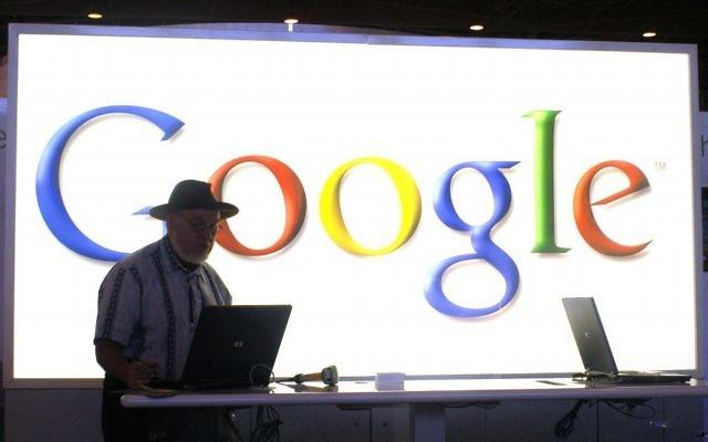 Un employé de Google en train de faire une présentation (Crédit : Serge Attal/Flash90)