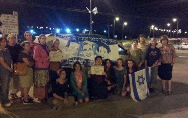 Des femmes du Gush Etzion prient pour le retour des disparus (Crédit : Yishai Hughes)