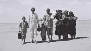 Une famille yémenite marchant dans le désert (Crédit : CC BY-SA, Kluger Zoltan, Wikipedia)