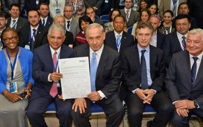 Benjamin Netanyahu rencontre des maires de grandes villes à la 29e Conférence Internationale des Maires, le 18 juin 2014 (Crédit : Haim Zach / GPO/Flash90)