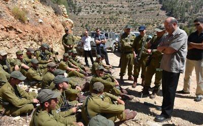 Moshe Yaalon dans la région de Hébron s'adresse au xsoldats de la brigade Kfir (Crédit : Ariel Hermoni/ Ministry of Defense)