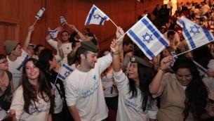 Des jeunes Juifs à une soirée Taglit (Crédit : Marc Israel Sellem/Flash90)