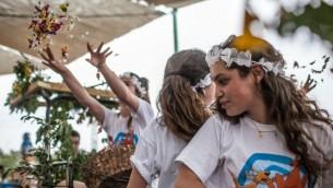 Une célébration de Shavouot au kibboutz Tzuba à côté de Jérusalem, en 2012. Illustration. (Crédit : Noam Moskowitz/Flash90)