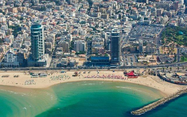 La côte près du Dolphinarium où les habitants de Jérusalem peuvent passer leur vendredi (Crédit : Moshe Shai/Flash 90)