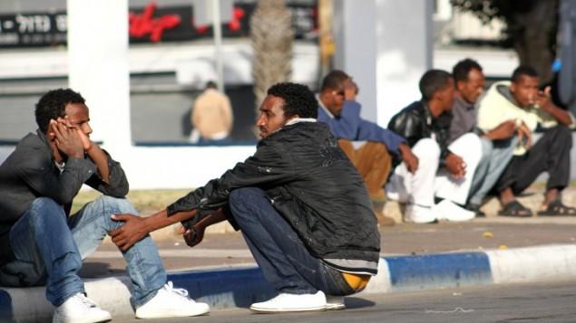 Des migrants africains dans le sud de Tel Aviv (Crédit : Nicky Kelvin/Flash90/File)