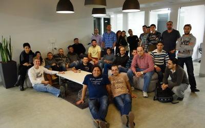 Les employés de Ironsourcre dans leurs bureaux à Tel Aviv (Crédit : autorisation)