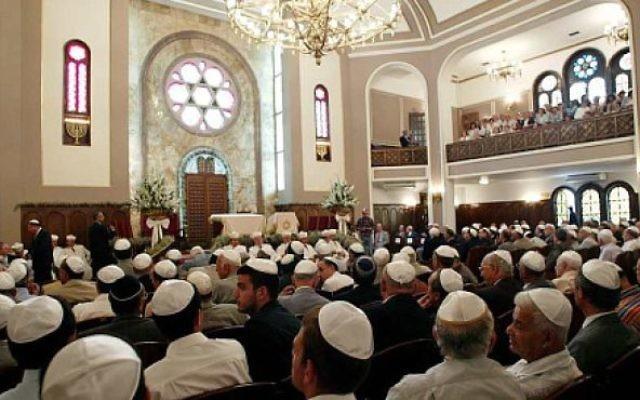 Des Juifs dans une synagogue turque (Crédit : Michel Alfandari)