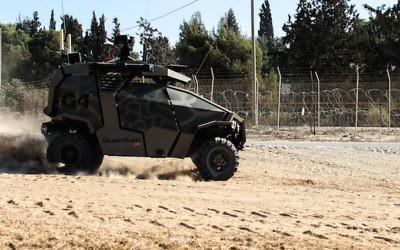 Le Guardium UGV patrouillant à la clôture de la frontière de Gaza (Crédit : autorisation de l'armée israélienne)
