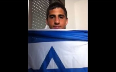Mohamed Zoabi posant avec un drapeau d'Israël (Capture d'écran Youtube)