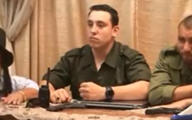 Les trois personnes imitant dans un film les trois adolescents enlevés près de Hébron (Crédit : capture d'écran YouTube)