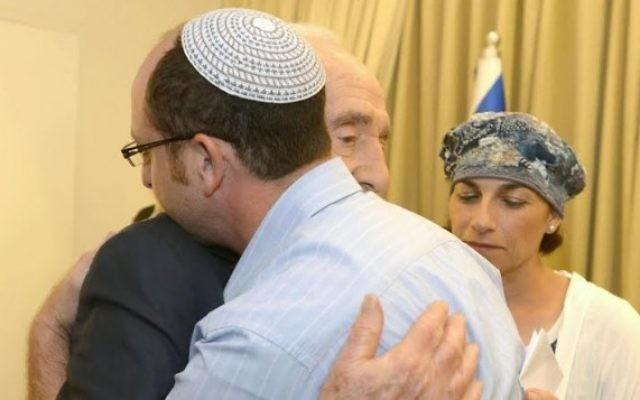 Le président Shimon Peres rencontre les familles des trois adolescents kidnappés (Crédit : Mark Neyman/GPO/Flash90)