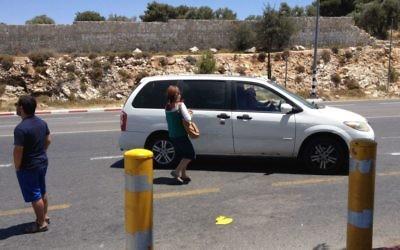 Des auto-stoppeurs au bord de la Route 60 (Crédit : Jessica Steinberg/Times of Israel)