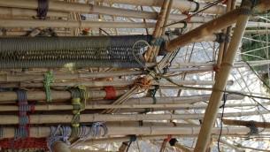 Une femme en train de grimper dans la structure de Big Bambù (Crédit : Hadas Parush/Flash 90)