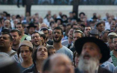 Des Israéliens en train de rpier pour le retour des trois adolescents enlevés le 12 juin (Crédit :YonatanSindel/Flash 90)