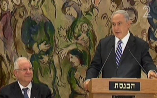 Le Premier ministre Benjamain Netanyahu et Reuven Rivlin (droite) à la Knesset (Crédit : capture d'écran Channel 2)