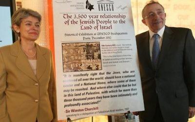 Irina Bokova et le Rabbi Marvin Hier au centre Simon Wiesenthal avec une affiche originale de l'exposition (Crédit : autorisation du Simon Wiesenthal Center)