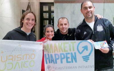 De gauche à droite, Mariano Schlez, Paola Salem, avec Damian Beker et Maxi Klein, ont organisé des activités pour les fans de football juifs (Autorisation : Paola Salem/JTA)