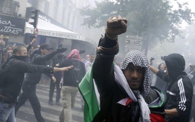 Un manifestant français proteste contre Israël à Paris le 13 juillet 2014 (Crédit : AFP/KENZO TRIBOUILLARD)