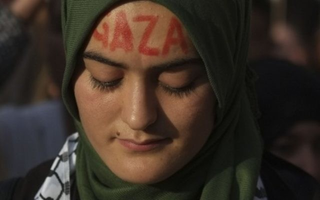 Une manifestante en soutien à Gaza - à Madrid, le 17 juillet (Crédit : AFP/Pedro Armestre)